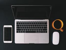 办公桌电脑产品组合 苹果电脑、手机